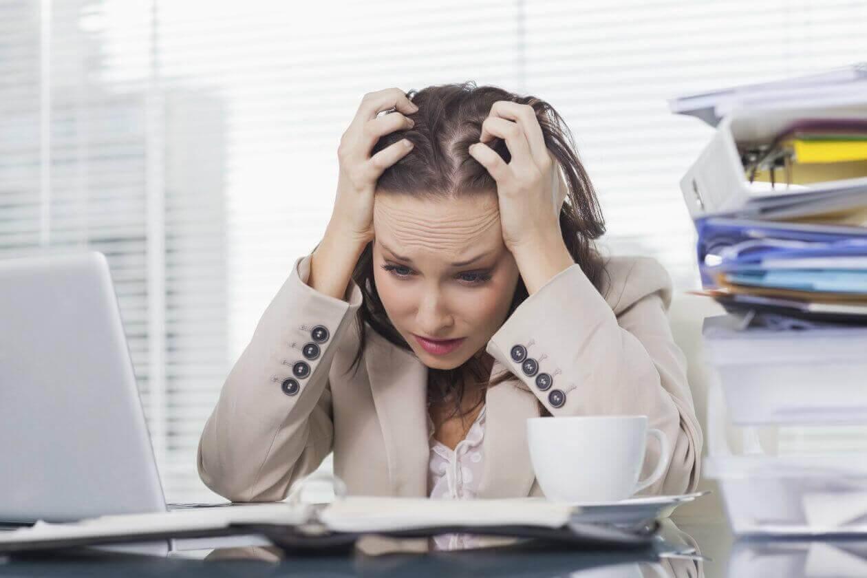 Vrouw gestrest aan haar bureau