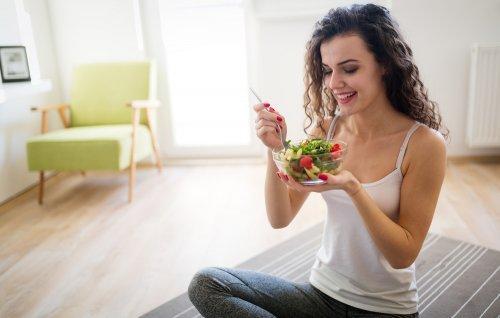 vrouw die salade eet