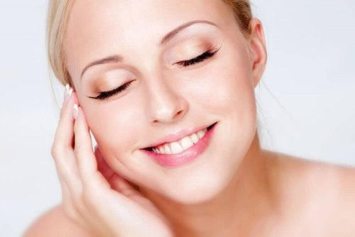 lachende vrouw met make-up