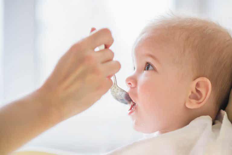8 voedingsmiddelen die je nooit aan een baby moet geven