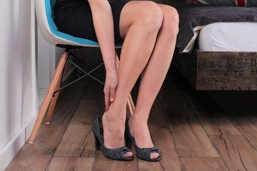 de oorzaken van zware en pijnlijke benen