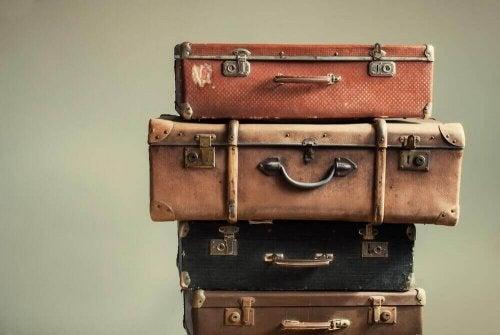 een stapel oude koffers
