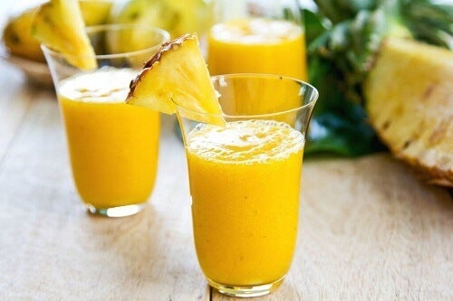 Smoothie met ananas appel en sinaasappel