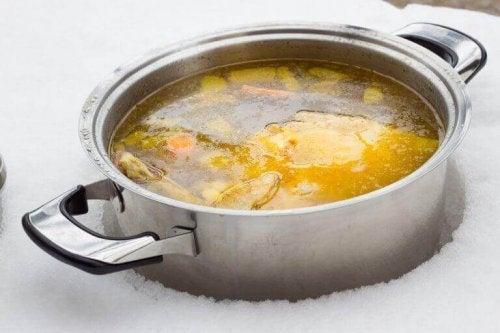 Twee manieren om vetarme bouillon te maken