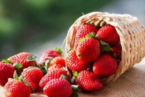 Aardbeien in een omgevallen mandje