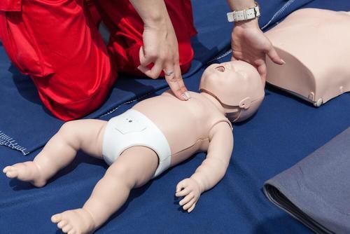Hoe moet je een baby reanimeren?