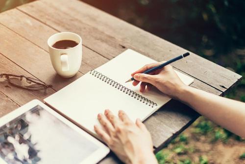 Dagboek schrijven aan tafel
