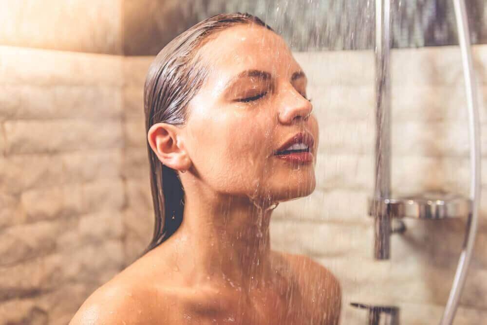 de voordelen van een koude douche naast de perfecte trainingsroutine voor je borsten