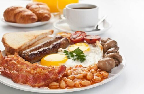 ontbijt met ei en brood