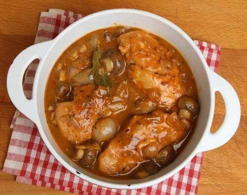 Geglaceerde kip met sherry en champignons