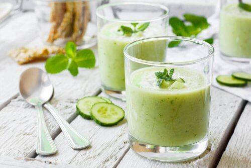 glazen met groene smoothies voor in je detox-dieet