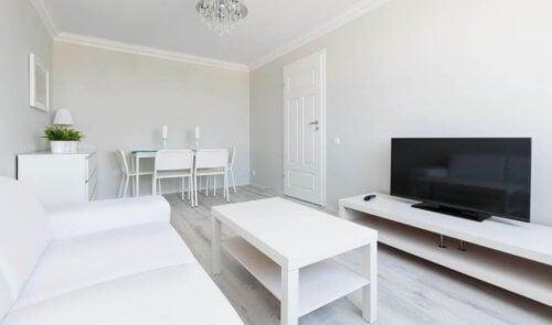 Grote witte woonkamer