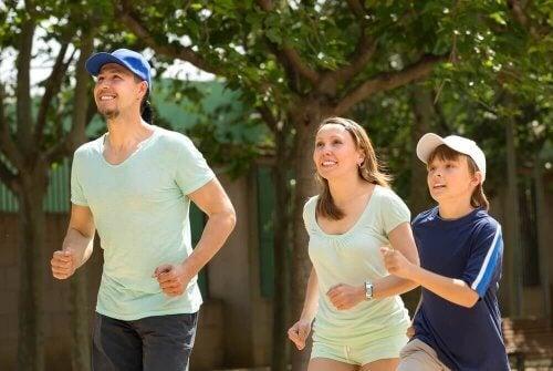 gezin aan het hardlopen