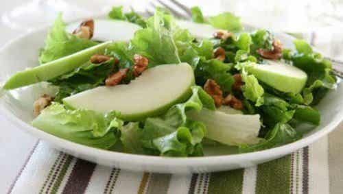 Heerlijke salade met groene appel en selderij