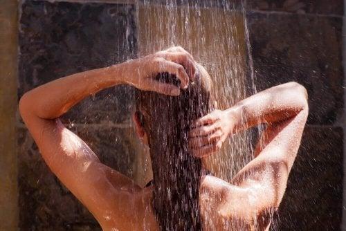 het haar op een speciale manier wassen