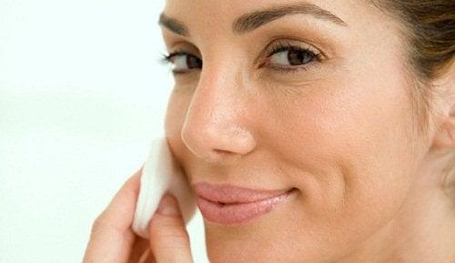 Vrouw reinigt haar huid