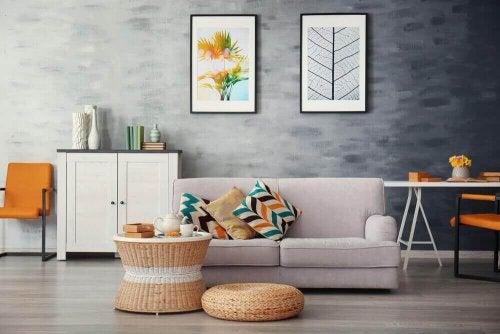 Kamer met decoratieve kussens