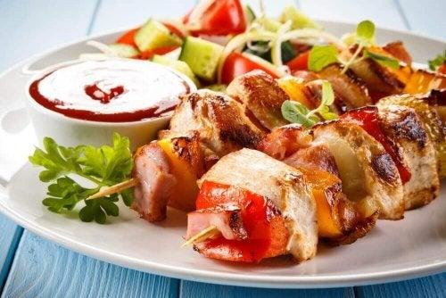 Kipspiesjes als een van de recepten voor een familiebarbecue