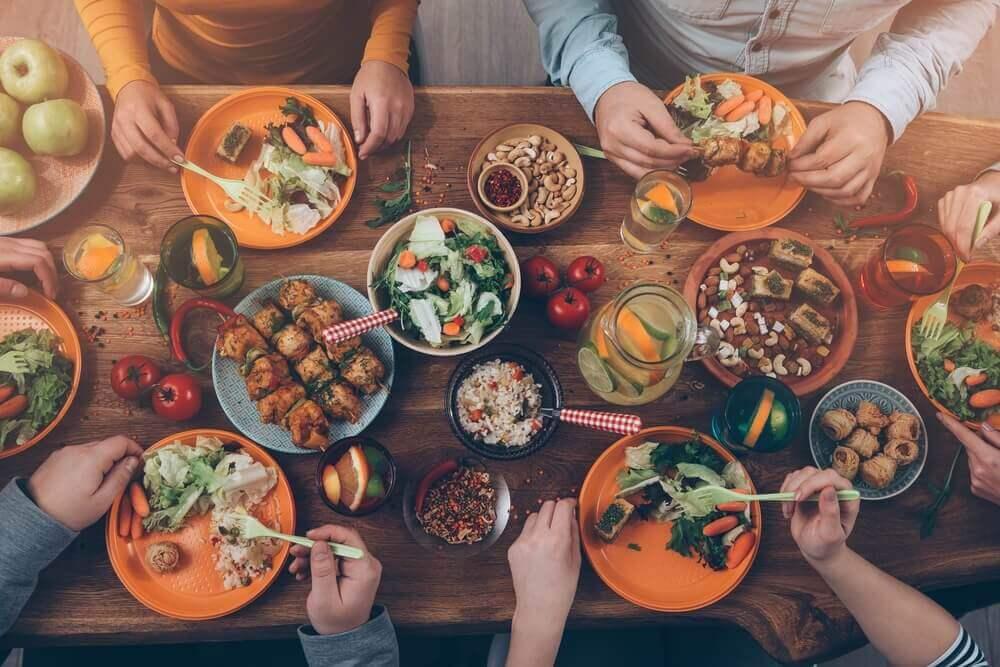 tafel vol met eten