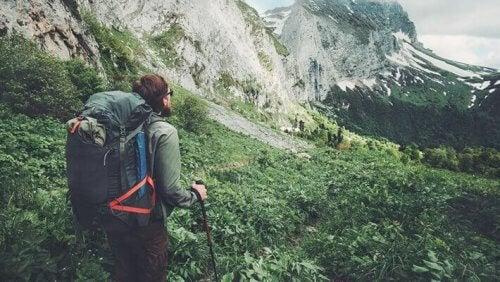 Man die in de bergen wandelt
