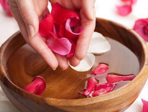 Natuurlijke toner van rozenwater
