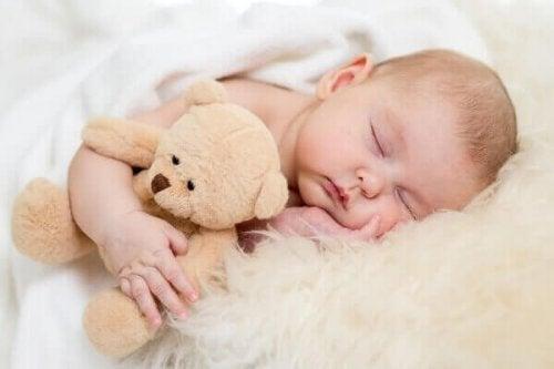 baby met een beertje