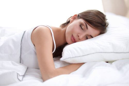 vrouw slaapt op spierwit kussen