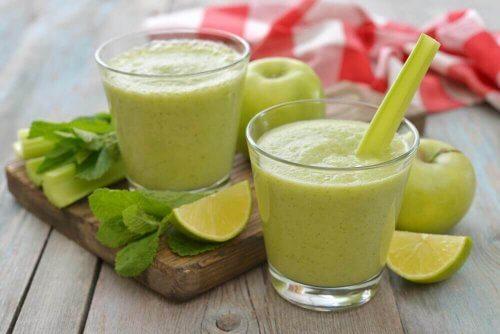 glas met smoothie met kool in je detox-dieet