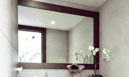 Spiegel om je woonkamer er groter uit te laten zien