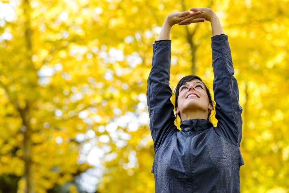vrouw doet buiten rekoefening