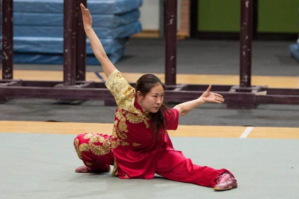vrouw doet tai chi oefening