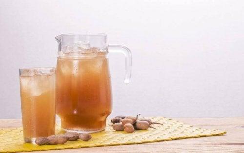 Tamarindesap in een glas en kan