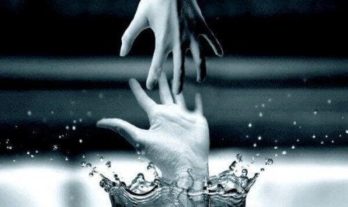 Twee uitreikende handen