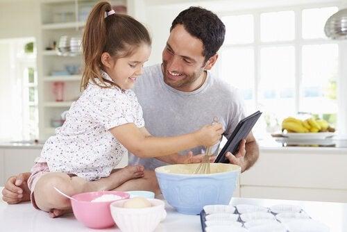 vader en dochter aan het koken