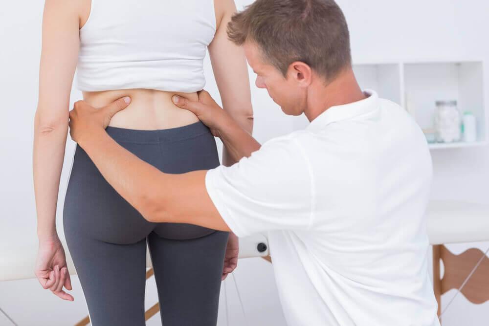 therapeut behandelt rug