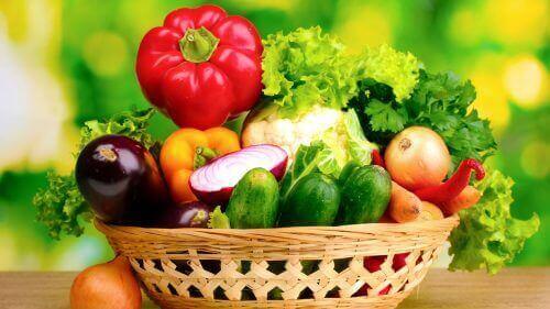 mandje met verschillende groenten om van je buikje af te komen