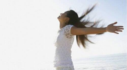 Vrouw die geniet van de buitenlucht