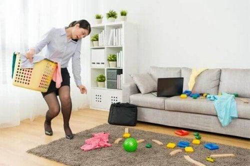 Vrouw die huis opruimt