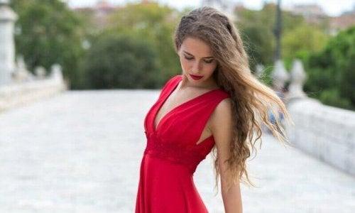 Vrouw in lange rode jurk