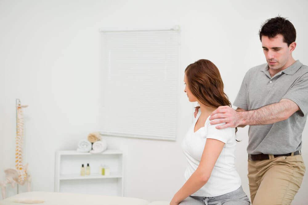 therapeut verbetert lichaamshouding vrouw