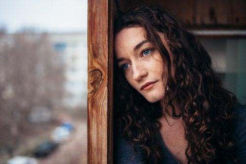 Vrouw met bezorgde blik in een moeilijke tijd
