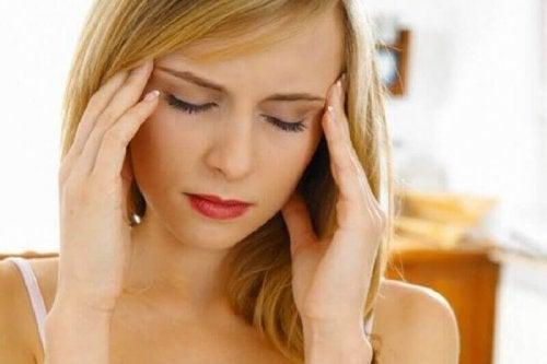 Vrouw met hoofdpijn door een geestelijke obsessie