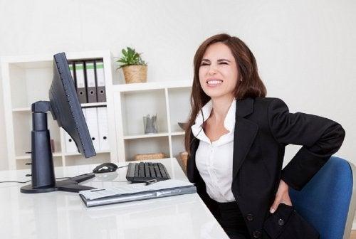 vrouw zit achter computer