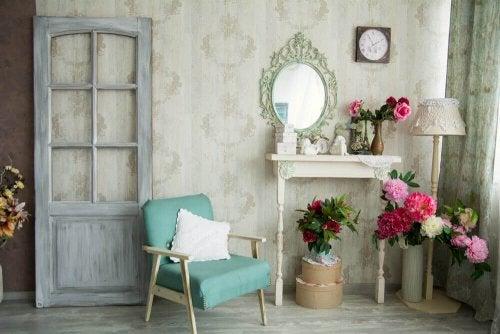 Woonkamer met oude meubels