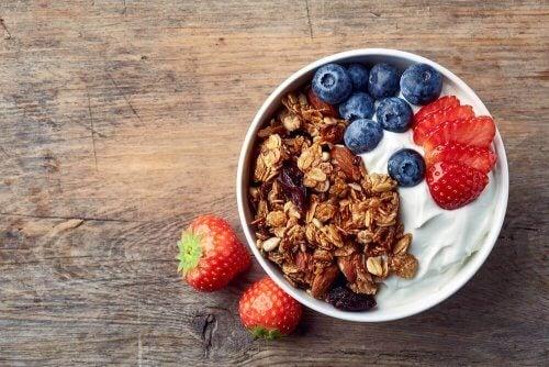 yoghurt met haver en fruit als een van de beste ontbijt-opties