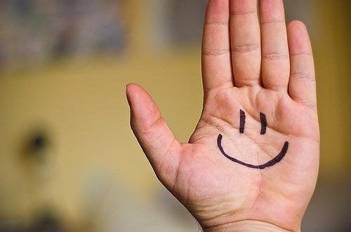 smiley op een hand getekend