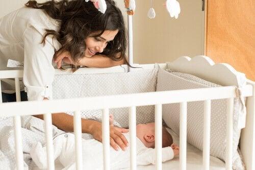 Zo kan je je baby helpen om beter te slapen