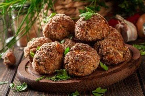 Aubergine-gehaktballen om je vingers bij af te likken