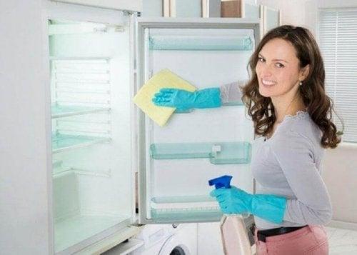 Bovenkant van de koelkast en kasten