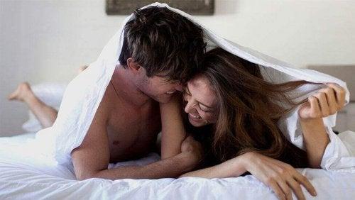 Koppel onder de dekens